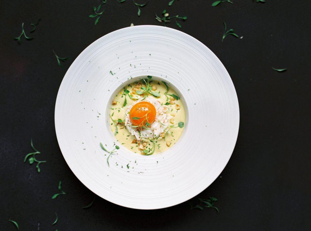Laksa de Crabe et OEuf Confit, Poireaux, Coriandre, Noisettes et Citron Sudachi