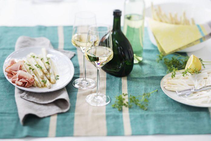 Asparagus and wine ©Deutsches Weininstitut (DWI)