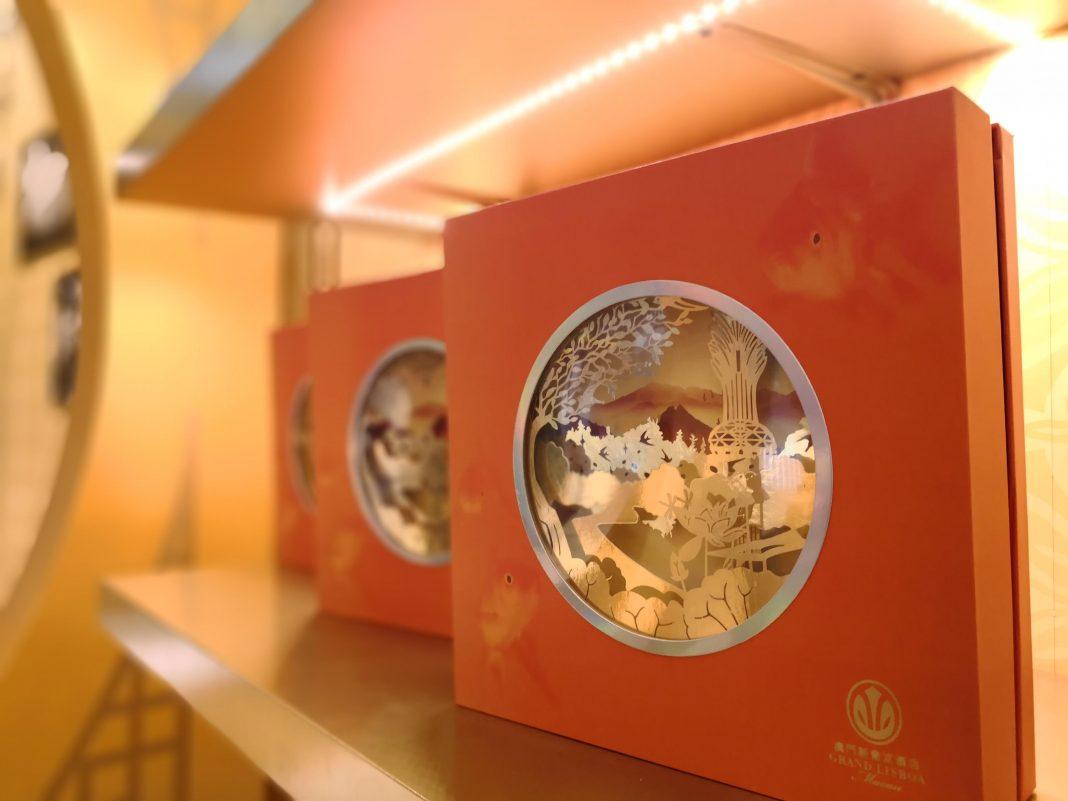 """""""8餐厅双黄白莲蓉月饼""""礼盒   The Double Egg Yolk and Lotus Seed Paste gift box"""