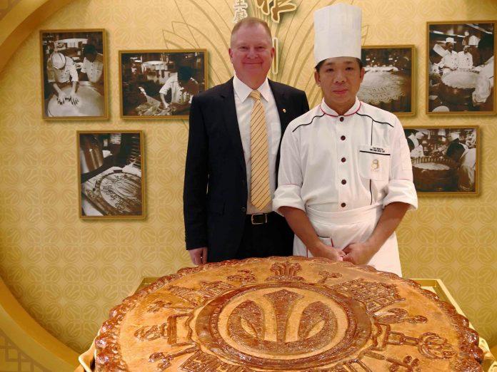 新葡京酒店总经理韦耀霖及尤华辉师傅主持揭幕仪式   Grand Lisboa Hotel General Manager Mr. William Visser and Chef Yah Wah Fai officiated at the unveiling ceremony