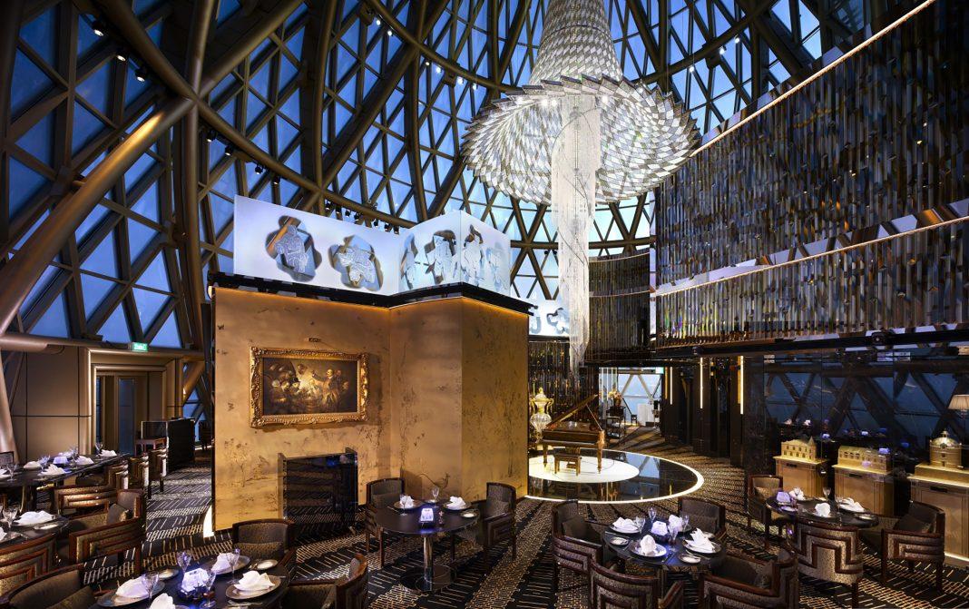 天巢法国餐厅位于238米高的新葡京酒店最高圆顶内,俯瞰澳门迷人景致 | Robuchon au Dôme is situated in the dome of Grand Lisboa Hotel which is 238 meters in height and has a magnificent view of Macau