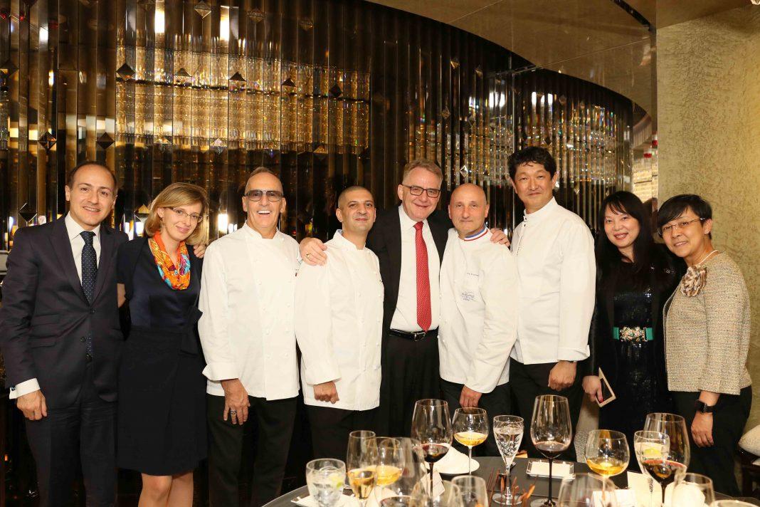 晚宴嘉宾与一众厨师合照 | Guests and Chefs
