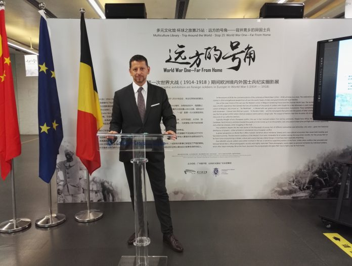 """比利时驻广州总领事馆总领事主持""""远方的号角——背井离乡的异国士兵""""展览开幕式   Consul General of Belgium in Guangzhou gives opening speech at the exhibition of"""