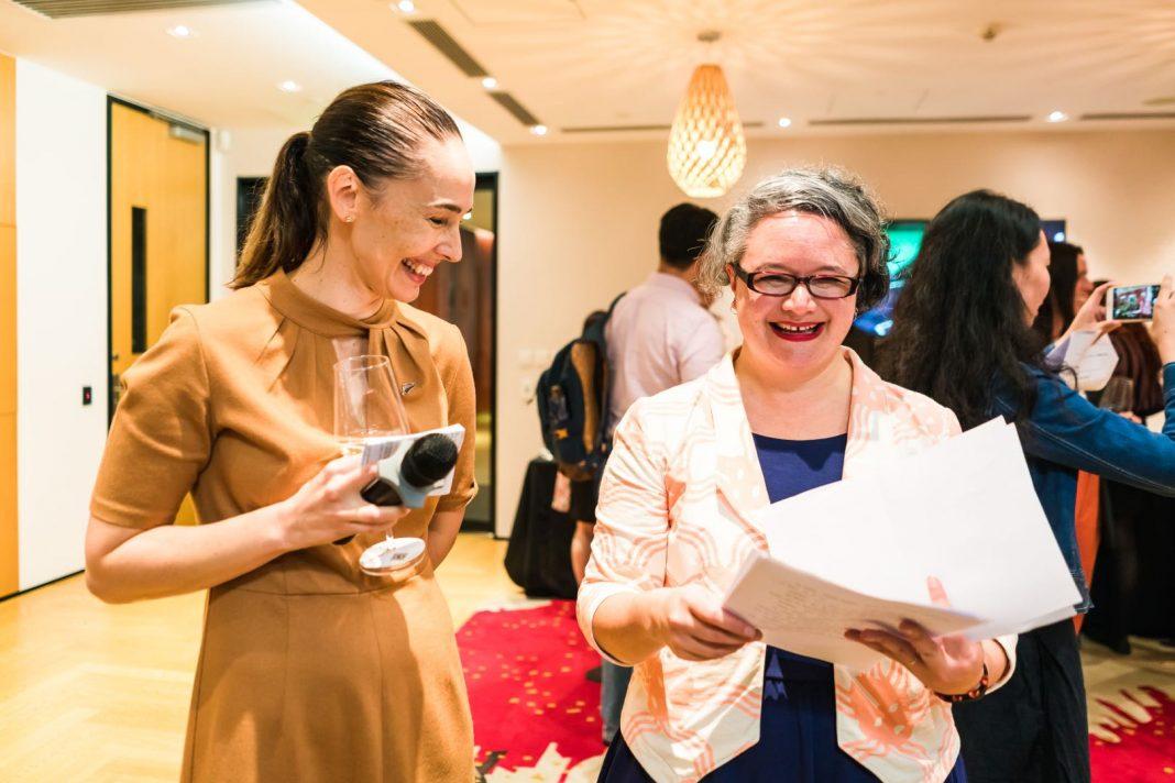左:Ms. Rachel Maidment,新西兰驻广州总领事;右:Whiti Hereaka,新西兰著名剧作家、小说家和编剧 | Left: Ms. Rachel Maidment, Consul-General of New Zealand in Guangzhou; Right: Ms. Whiti Hereaka, Playwright, Novelist and Screenwriter from New Zealand
