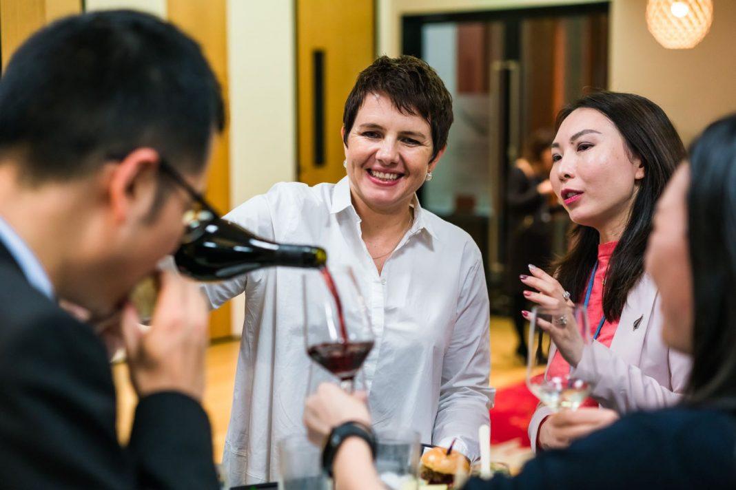 到场宾客享用来自新西兰的葡萄酒,同时聆听作者Whiti Hereaka的作品分享 | Guests enjoyed New Zealand wine tasting while listening to writer Whiti Hereaka's sharing of her works
