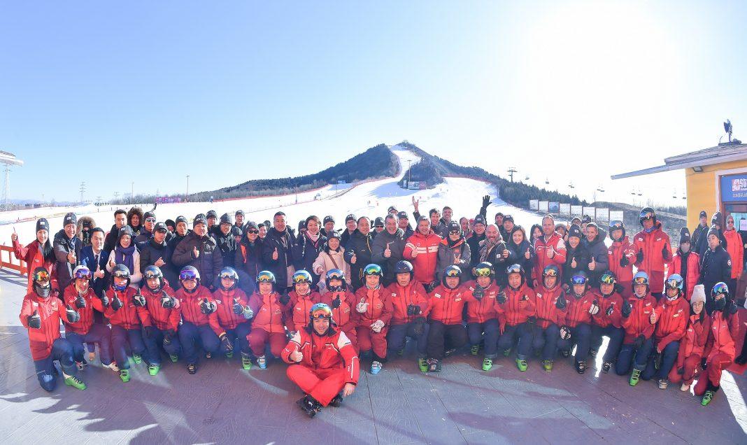 法国滑雪学校ESF和Club Med合作的滑雪学院盛大开幕仪式室外大合影  | Outdoor group photo at the Grand Opening Ceremony of the Ski Academy powered by Club Med and ESF