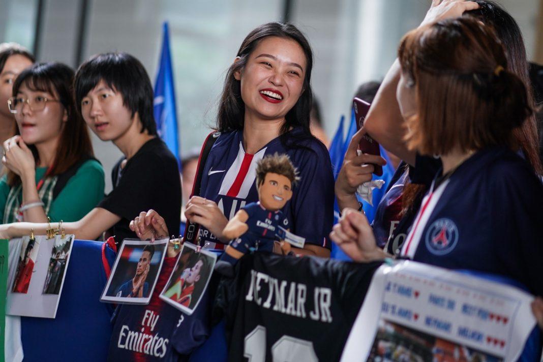 现场球迷静候巴黎圣日耳曼球员抵达深圳鹏瑞莱佛士酒店 | Fans waiting for PSG arrival to Raffles Shenzhen