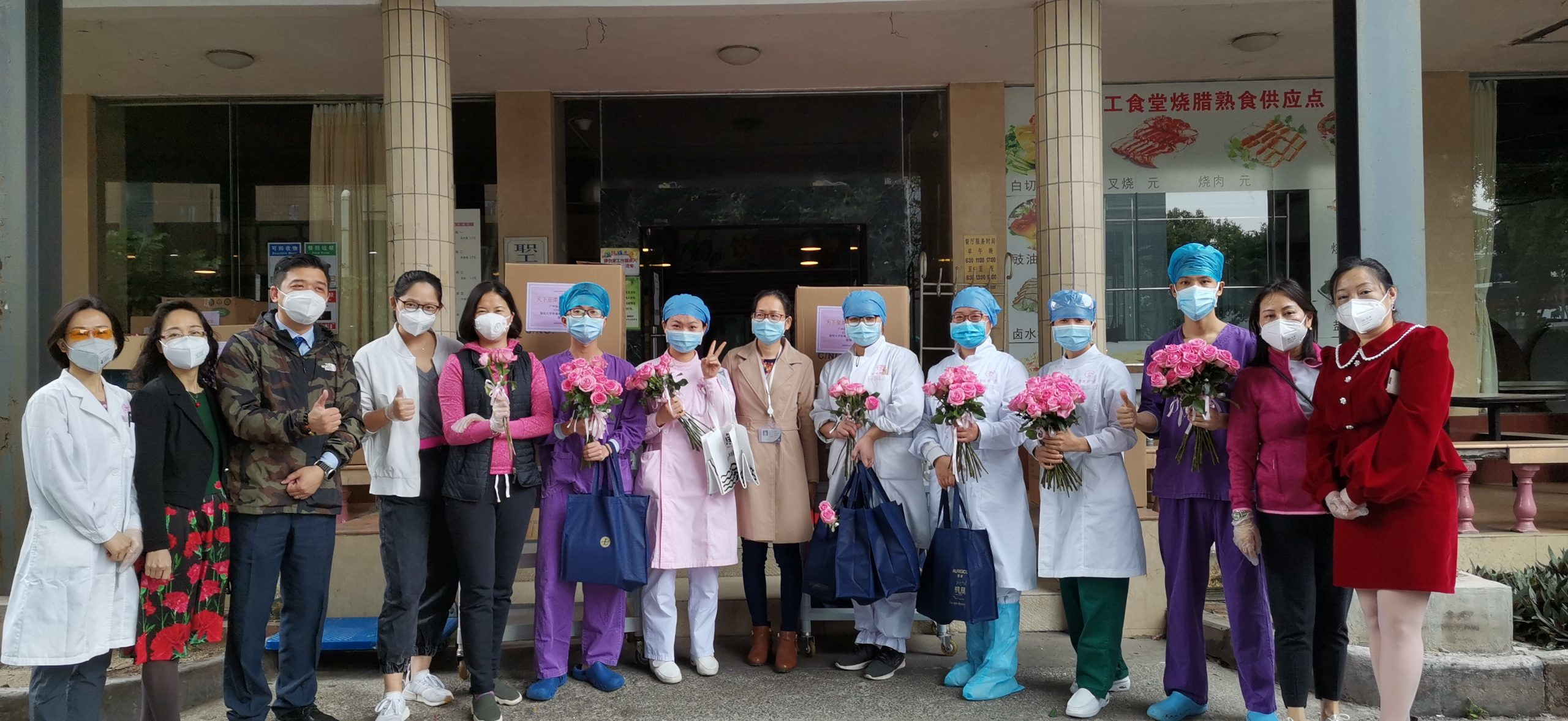 酒店管理团队与医护人员合影 | Hotel management team and medical workers