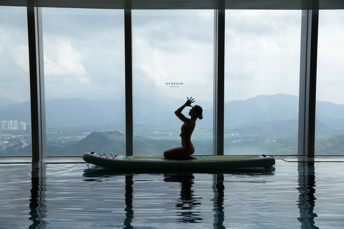 深圳瑞吉酒店推出水上桨板瑜伽时髦演绎健康生活方式 | The St. Regis Shenzhen Introduces Paddle Board Yoga Course
