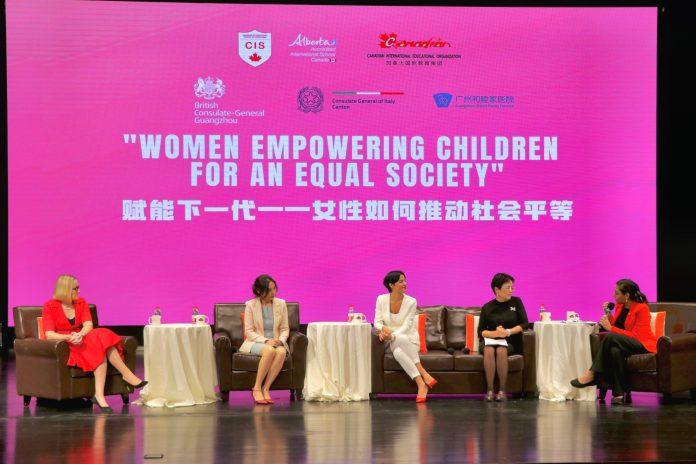 五位女性嘉宾正在台上就性别歧视和性别平等问题进行深入讨论 | 5 prominent panelists were discussing the Gender Equity Issues