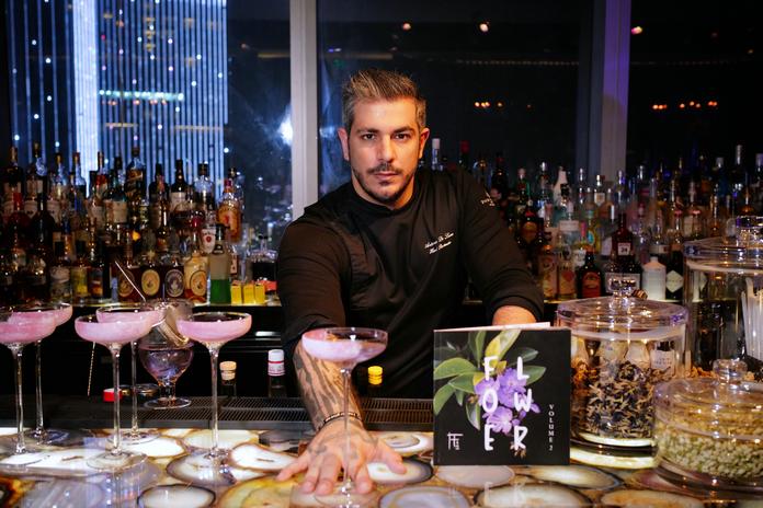 首席调酒师Antonio即席调酒 | Head Bartender Antonio