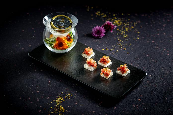 鲜花金枪鱼塔塔,水晶面包,卡露伽西伯利亚鱼籽酱 | Tuna Tartare with Edible Flowers, Crystal Bread, Kaluga Siberian Caviar